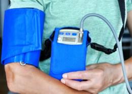 Patient mit Langzeit-Blutdruckmessung