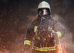 Feuerwehrmann mit Atemschutzgerät