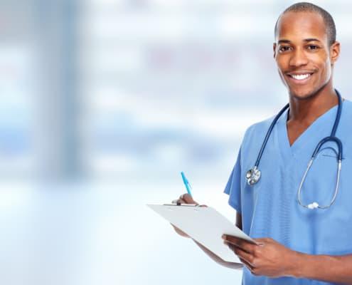 Junger Arzt mit Klemmbrett